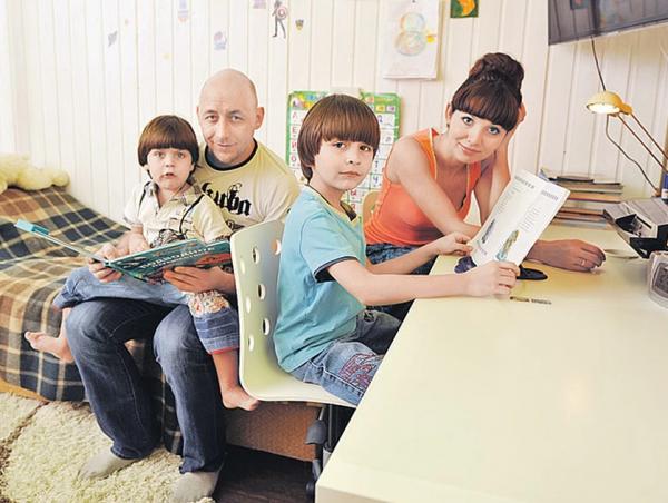 Алексей Куличков с женой и детьми